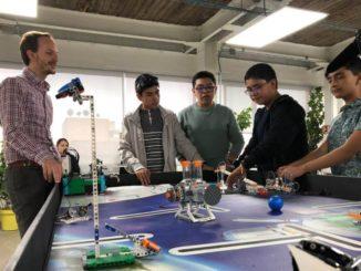 Roberto San Martín con algunos de los estudiantes de Robotix en Ciudad de México.