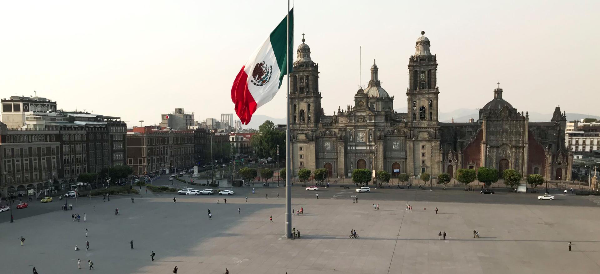 Ciudad de Mexico zocalo bandera catedral