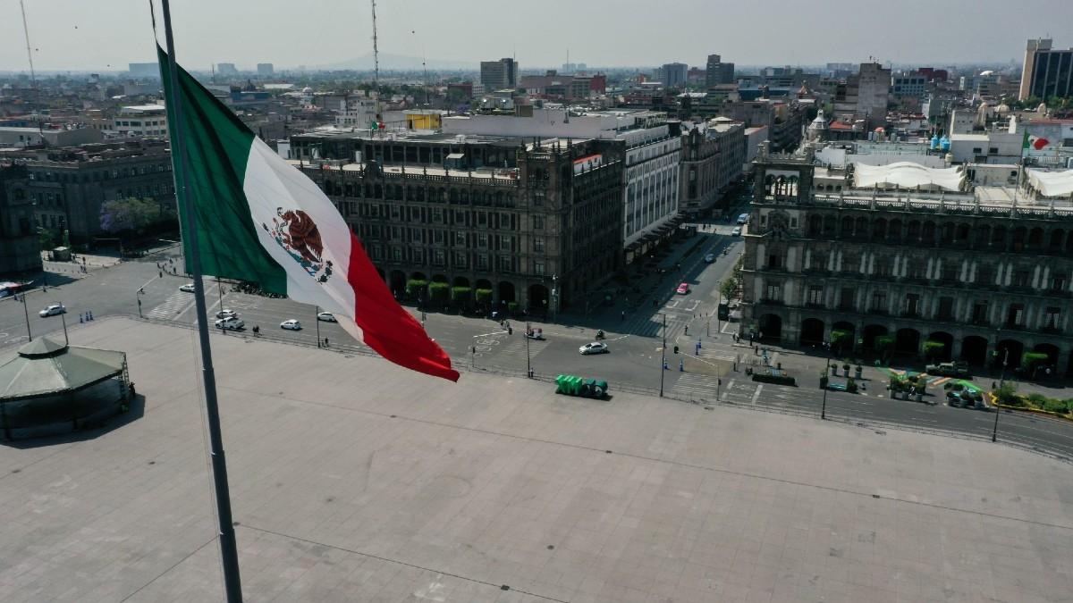 economia mexicana bandera zocalo plaza centro historico cdmx